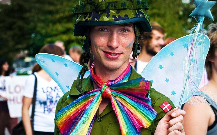 30% gay singles zou partner flirt gunnen tijdens Pride