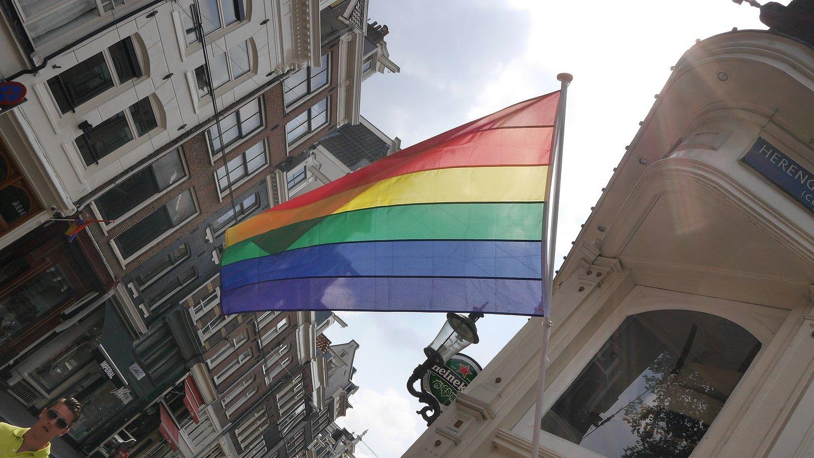 Foto's en video's: duizend mensen lopen mars in Amsterdam tegen homogeweld