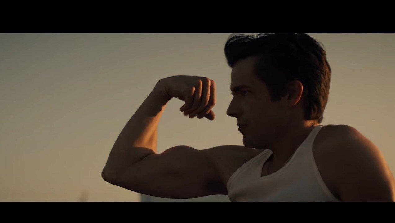 Muziekvideo's: Brandon van The Killers laat z'n spierballen zien