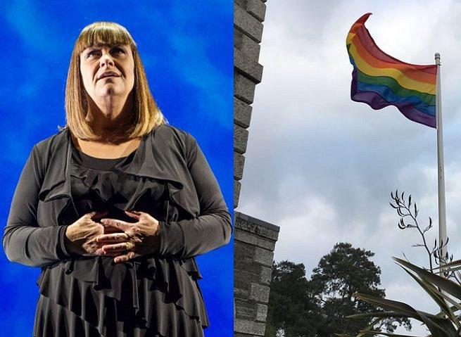 Dawn French plaatst een enorme regenboogvlag in haar tuin