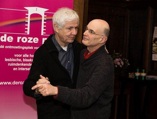 Deze roze senioren werden getrakteerd op een hartverwarmende kerstbrunch