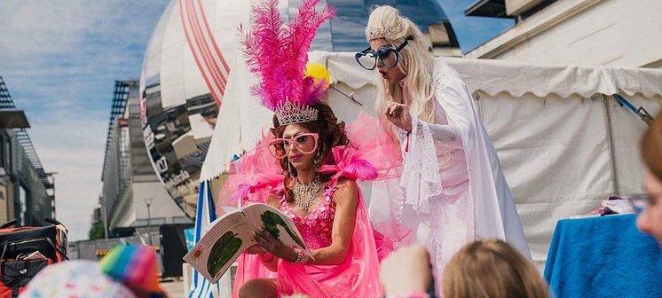 Hoe cool is dit? Dragqueens lezen 'roze' sprookjes voor aan kleine kinderen