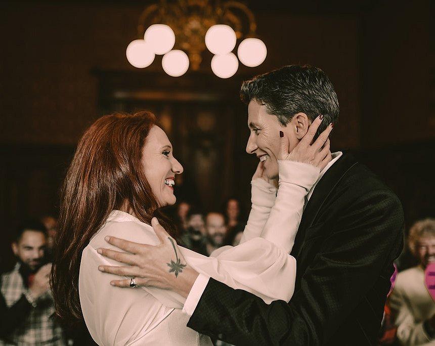 Fleur en Julian wilden trouwen in 24 landen, maar nu blijkt een van hen ongeneeslijk ziek