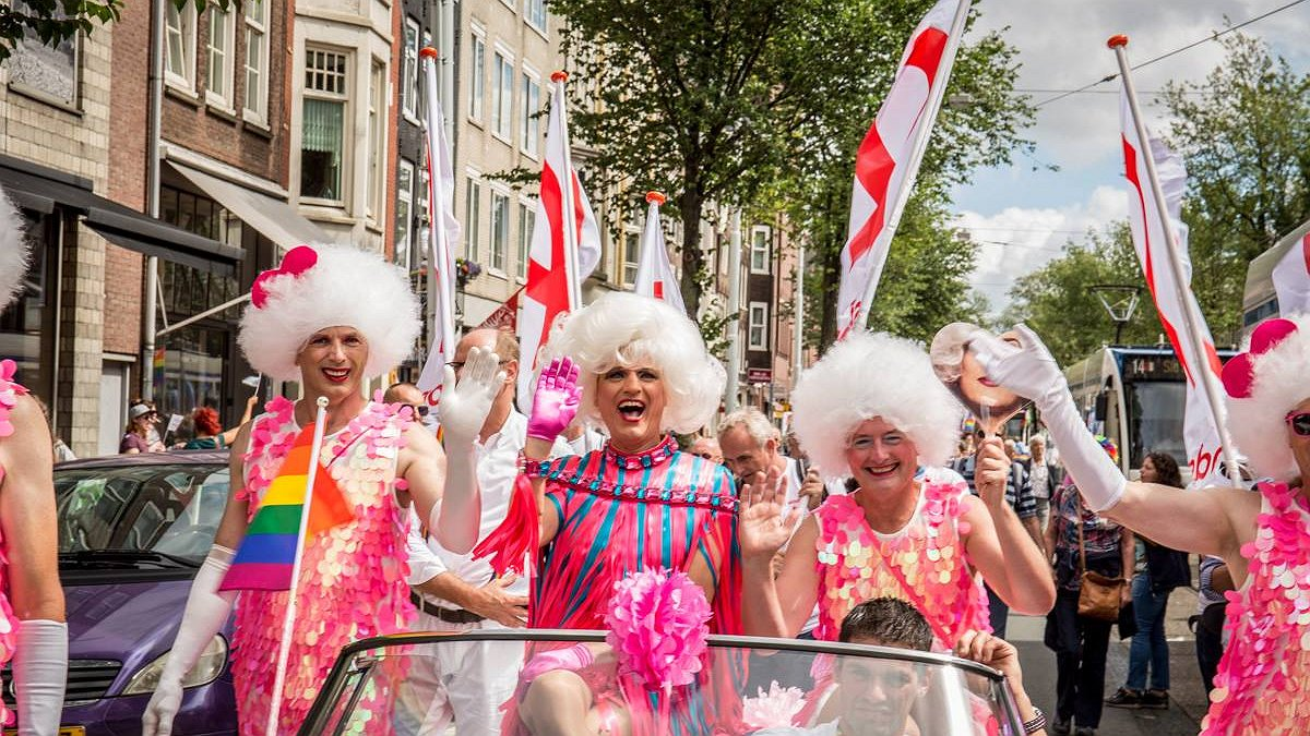 Dolly Bellefleur vaart met 80 lookalikes door de grachten