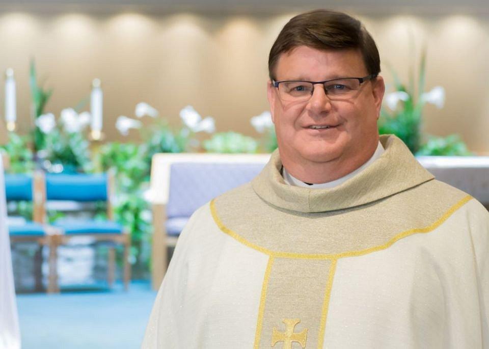 Amerikaanse priester komt uit de kast en de reactie zal je verbazen