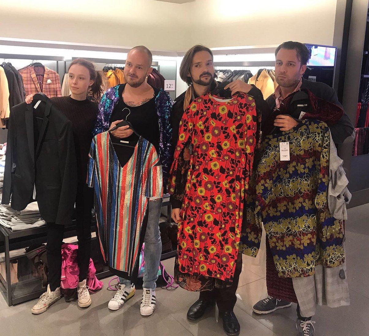 Actie tegen Zara: deze mannen passen jurken op de vrouwenafdeling