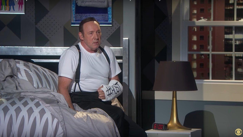 Tony Awards: Kevin Spacey doet alsof hij uit de kast komt / Bette Midler uit haar dak