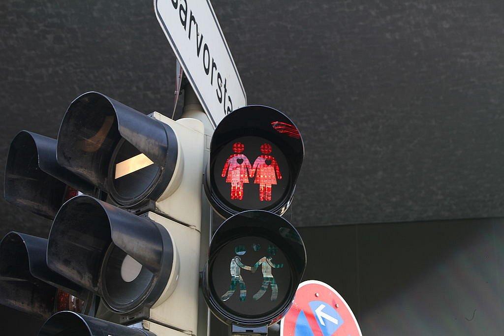 Ook Arnhem krijgt regenboogzebrapad en stoplichten