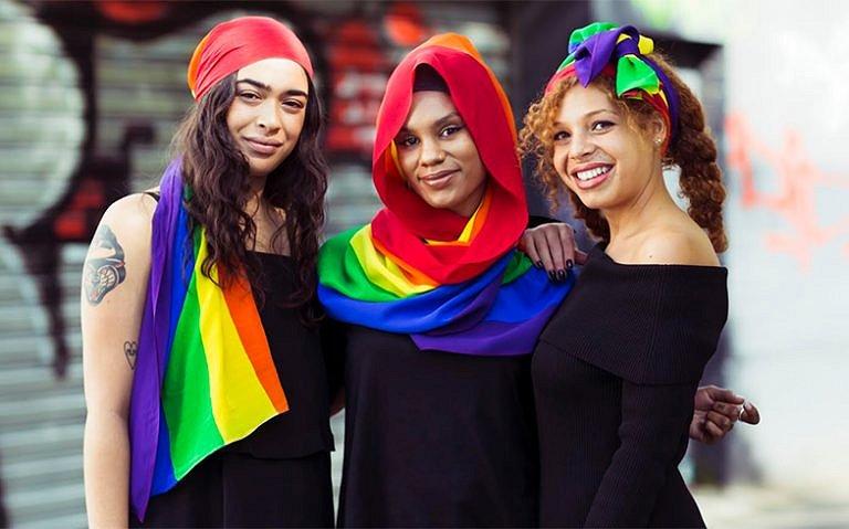 MOGA ontwerpt hoofddoek in de kleuren van de regenboog