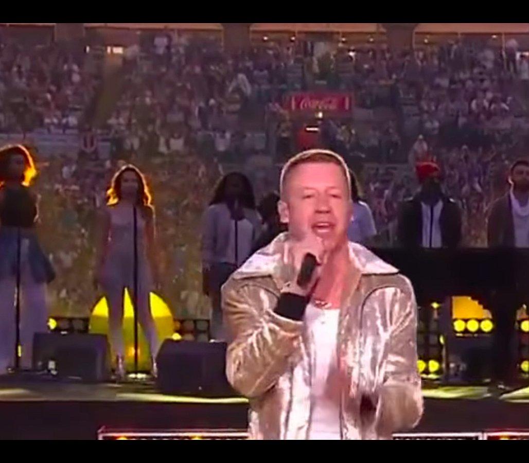 Held! Macklemore zingt zijn 'Same Love' tijdens rugbyfinale in Australië
