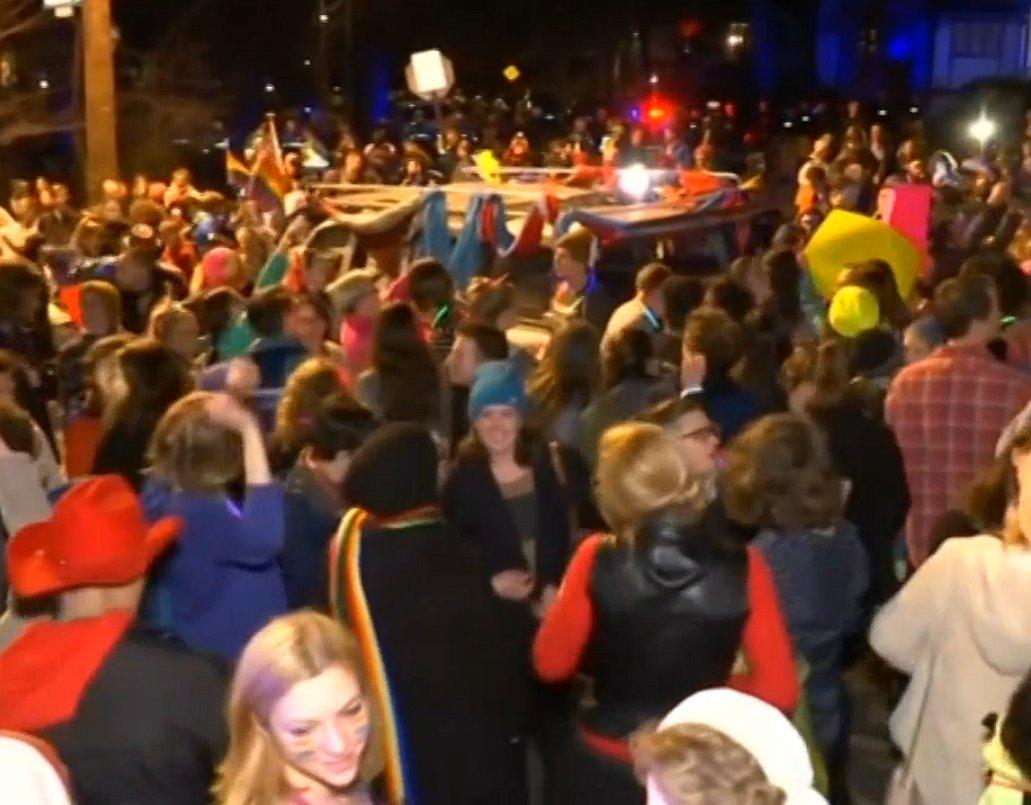 Protest tegen Trump: activisten dansen voor het huis van Mike Pence