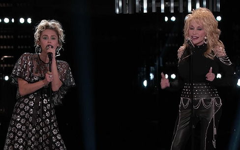 Videosnack: Dolly Parton met nichtje Miley bij The Voice