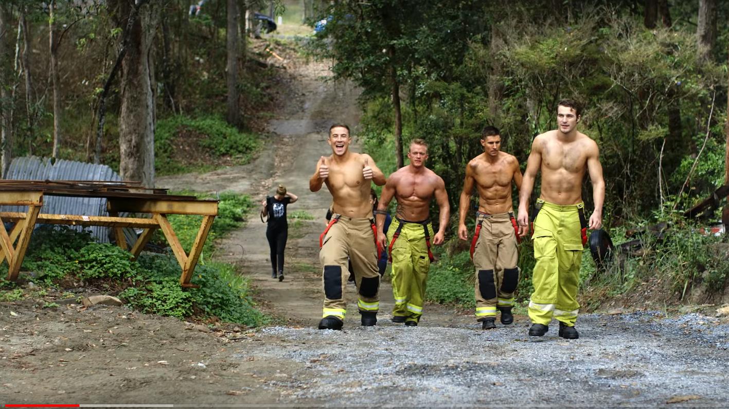 Hier krijgen we het warm van: brandweermannen poseren met puppies