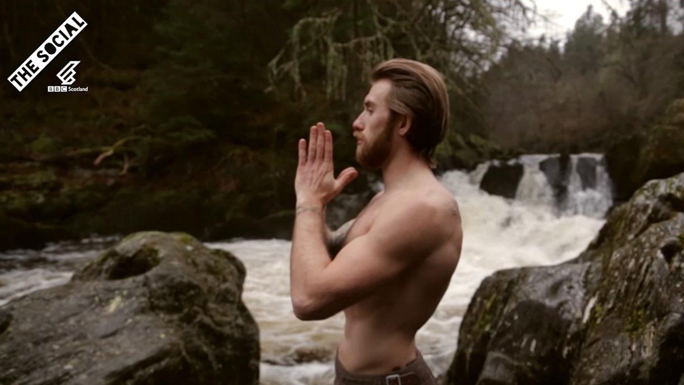 Kijken: Schotse studs doen yoga. In hun kilts