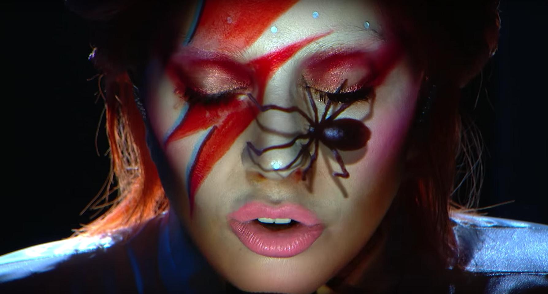 Videosnack | Gaga eert Bowie tijdens Grammys