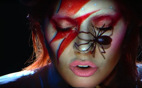 Videosnack   Gaga eert Bowie tijdens Grammys