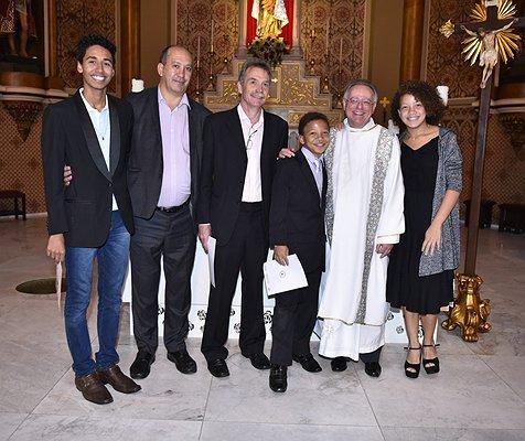 Paus Franciscus feliciteert homostel met de doop van hun kinderen