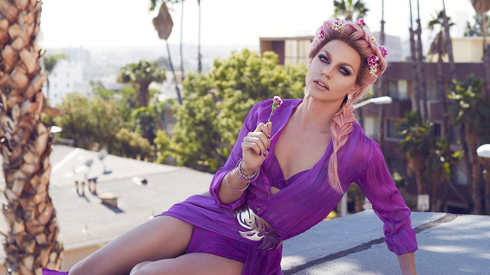Courtney Act: 'Ik vlieg momenteel de wereld over om met fans te daten, hoe geweldig is dat?!'