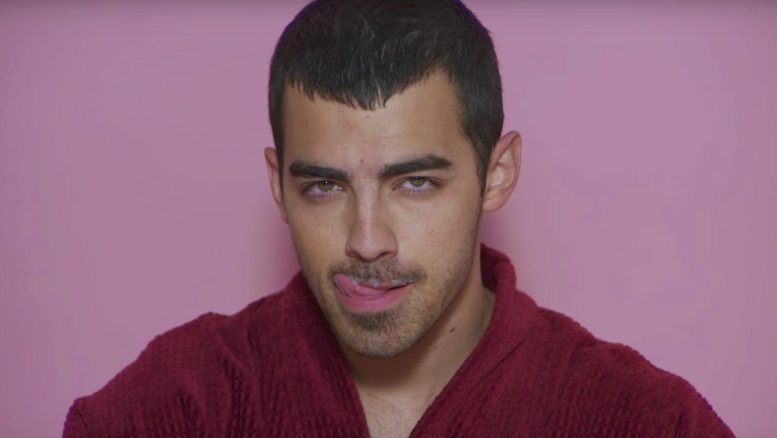 Gay Heaven! Charli XCX maakt video met Joe Jonas, Charlie Puth en meer!