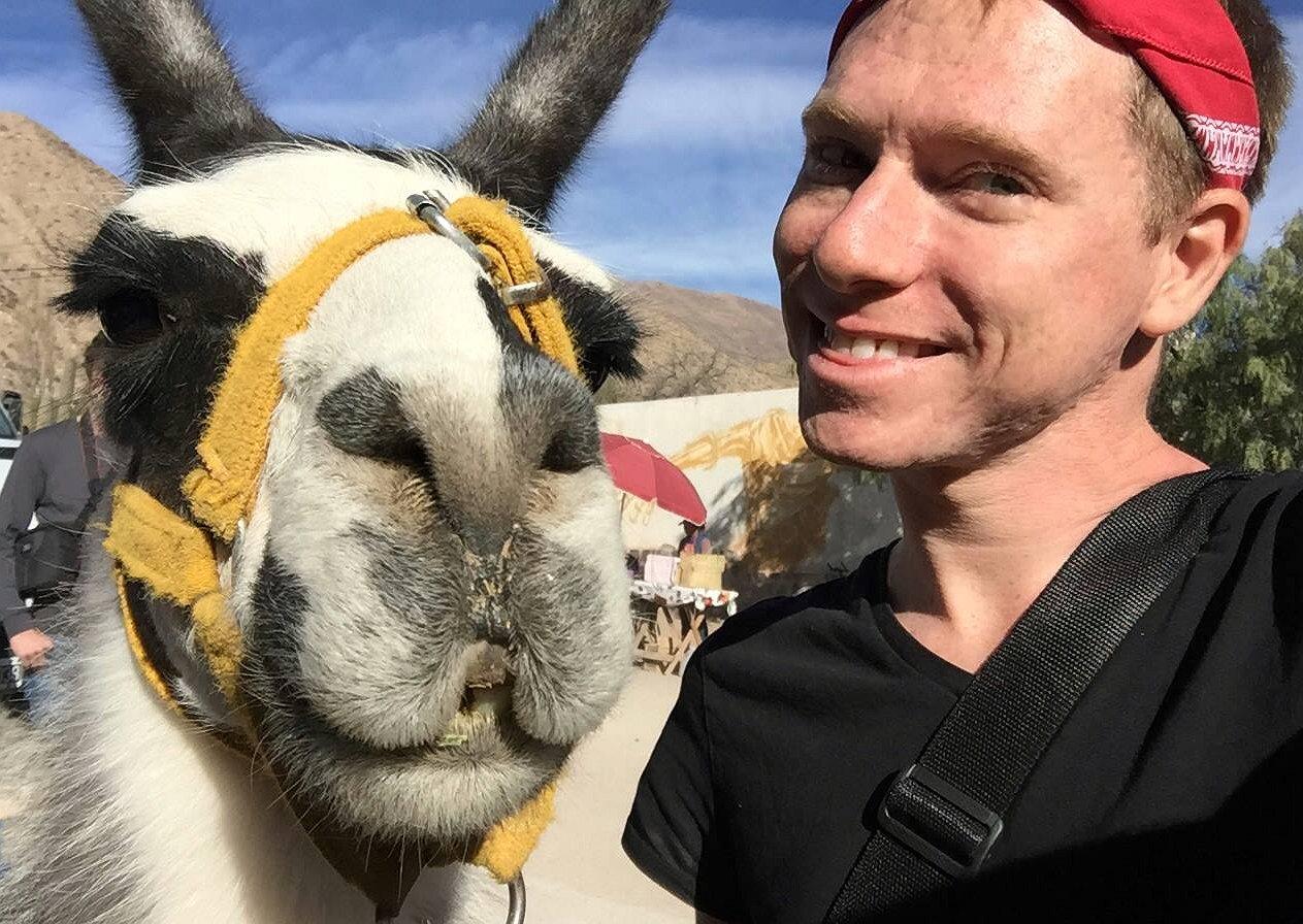 Droombaan | Adam reist voor zijn gay travelblog de hele wereld rond