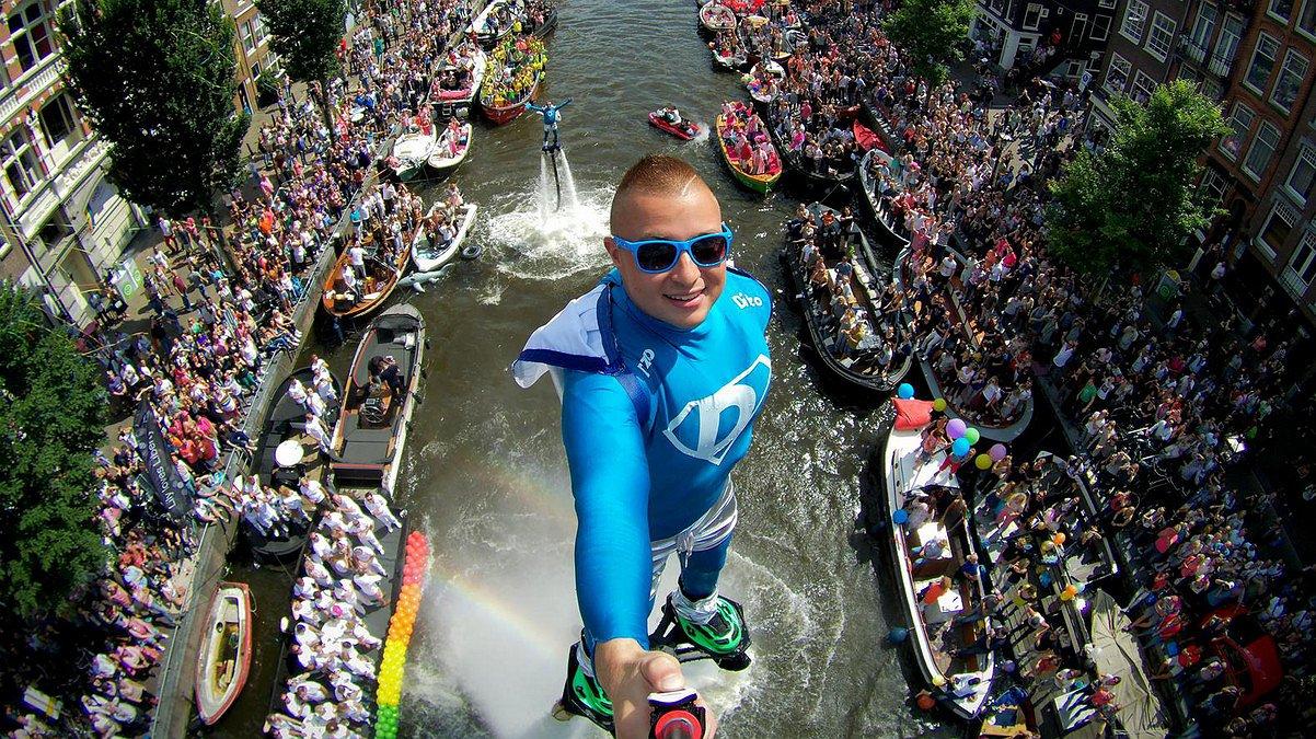Hè gelukkig: de flyboarders mogen blijven bij de Canal Parade