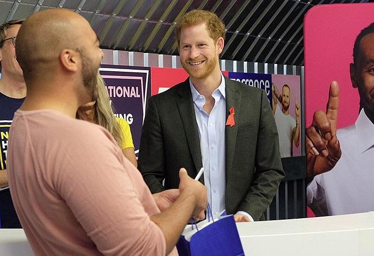 Prins Harry deelt hiv-zelftest uit