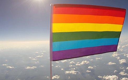 Videosnack: Eerste regenboogvlag in de ruimte