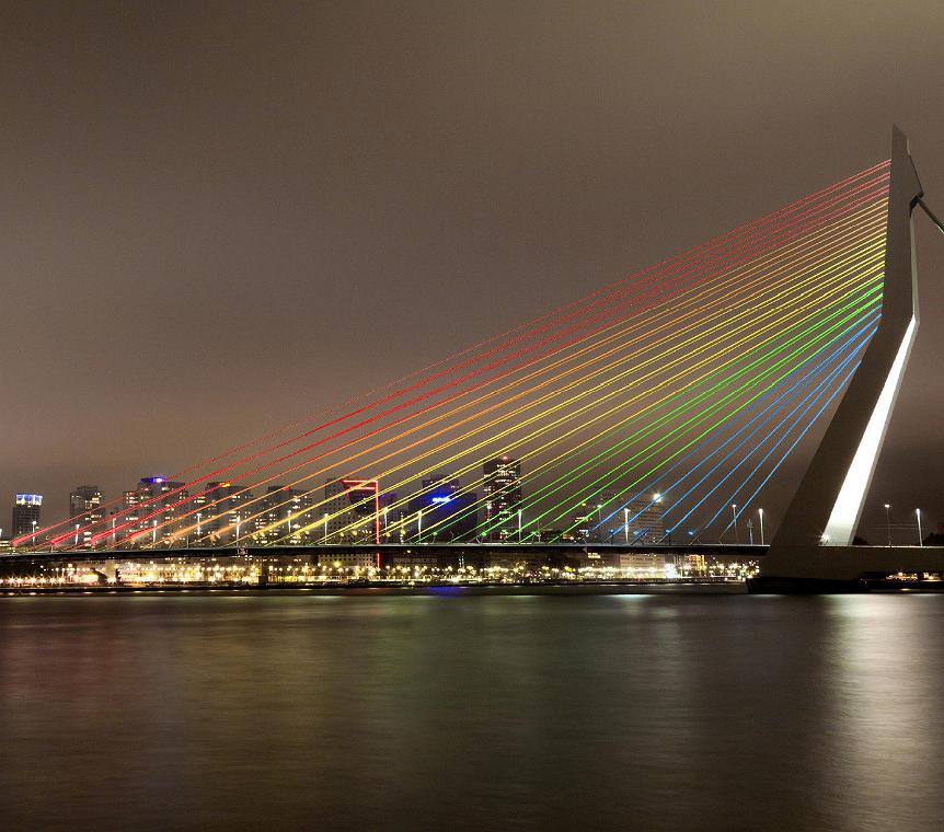 Rotterdamse Erasmusbrug in de kleuren van de regenboog