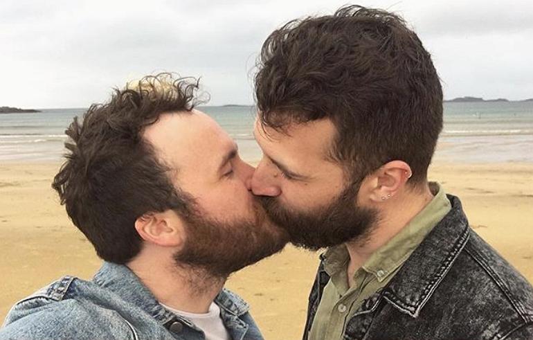 Videosnack | Brad vraagt zijn vriend ten huwelijk en het is té lief