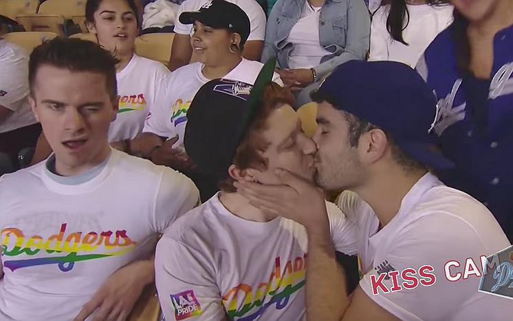 Virals van de week: Gay koppels zoenen tijdens de Kiss Cam van deze honkbalwedstrijd