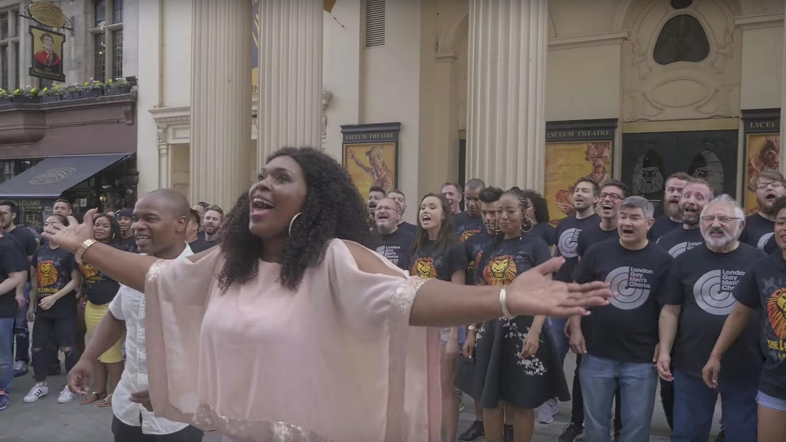 Virals van de week: De cast van The Lion King zingt samen met een homokoor