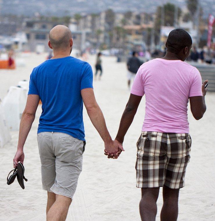 Volgens dit onderzoek durven gays niet zichzelf te zijn op reis