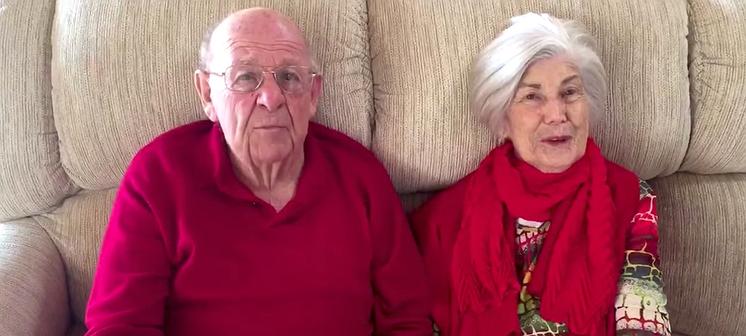 Videosnack: Sarah vraagt haar vriendin ten huwelijk via haar grootouders